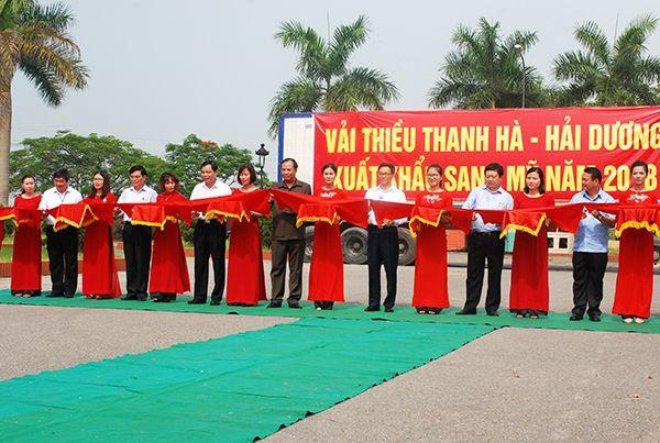 Phó Thủ tướng Vũ Đức Đam, Bộ trưởng Bộ NNPTNT Nguyễn Xuân Cường cùng các đại biểu cắt băng khai trương chuyến xe đầu tiên xuất khẩu vải thiều Thanh Hà sang Mỹ.